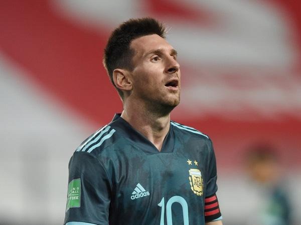 Bóng đá quốc tế sáng 19/11: Messi nổi khùng ở sân bay